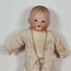Muñecas Porcelana: MUÑECO BEBÉ. CABEZA Y MANOS DE PORCELANA. CUERPO DE PAJA. ALEMANIA. CIRCA 1920.. Lote 226950040
