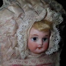 Bonecas Porcelana: CONSERVADA Y ANTIGUA MUÑECA BEBE PORCELANA PP.SG.XX. ENCUNADA SEDAS. Lote 271515603