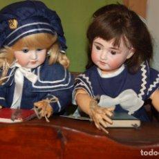 Muñecas Porcelana: CONJUNTO PUPITRE MUÑECAS ANTIGUO DE MADERA. Lote 277212093
