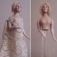 Muñecas Porcelana: MUÑECA DE PORCELANA DE MEDIO CUERPO MONTADA SOBRE SOPORTE Y PEANA DE METACRILATO ALTURA, 30 CM. . Lote 52914883