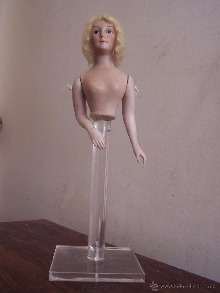 Muñecas Porcelana: Muñeca de porcelana de medio cuerpo montada sobre soporte y peana de metacrilato Altura, 30 cm. - Foto 2 - 52914883