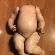 Muñecas Porcelana: ANTIGUO CUERPO DE COMPOSICIÓN DE MUÑECO BEBE DE CARÁCTER PEQUEÑO CON CABEZA DE BISCUIT. Lote 93410065