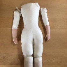 Muñecas Porcelana: MAGNIFICO CUERPO EN PIEL DE CABRITILLA PARA CABEZA DE PORCELANA CON PECTORAL, 66 CM. Lote 126386911