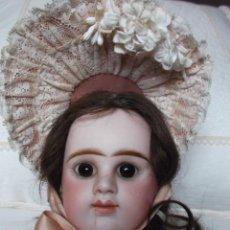 Muñecas Porcelana: MUÑECA DE PORCELANA FRANCESA ETIENNE DENAMUR DE BOCA CERRADA, BISCUIT PRESSÉ, HACIA 1890, VESTIDA. Lote 128100479