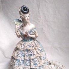 Muñecas Porcelana: MUÑECA LAMPARA DE PORCELANA AÑOS 30, BUEN ESTADO Y FUNCIONA. MED 32 CM. Lote 140425142