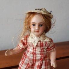 Muñecas Porcelana: PRECIOSA MUÑECA ANTÍGUA PARA CASA DE MUÑECAS. Lote 144531006