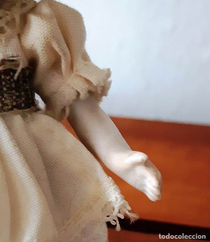 Muñecas Porcelana: Preciosa muñeca antígua con cuerpo y cabeza de biscuit para casa de muñecas - Foto 9 - 144531178