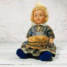 Muñecas Porcelana: MUÑECA FRANCESA DE CELULOIDE O SIMILAR CON TRAJE TRADICIONAL AÑOS 60. Lote 148058882