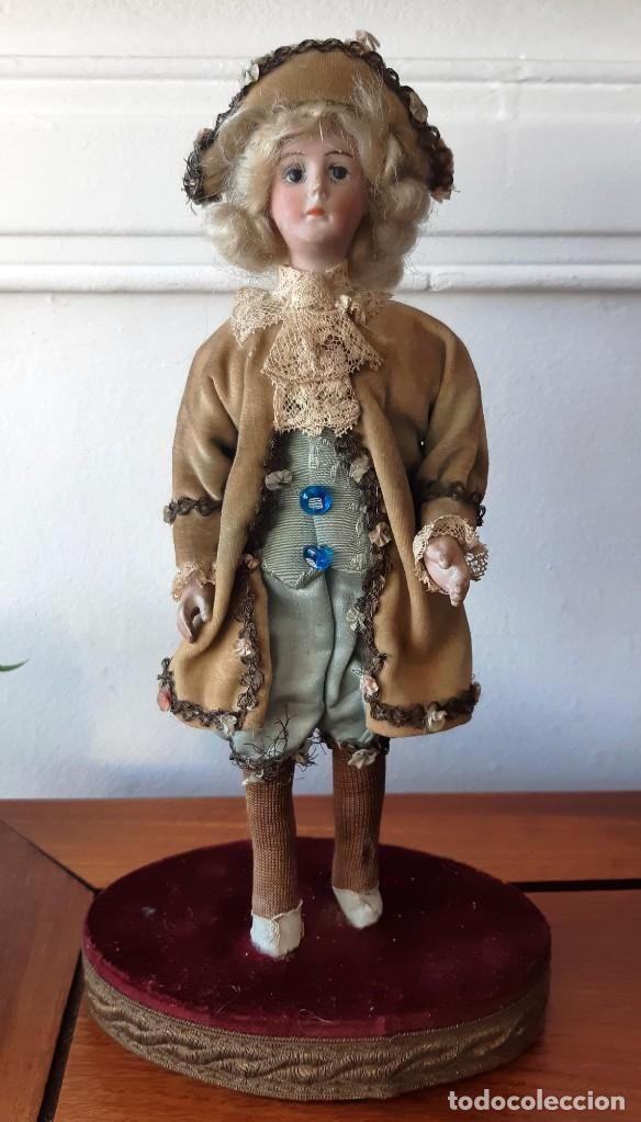 MUÑECA ANTÍGUA DE BISCUIT SOBRE PEANA VESTIDA CON CASACA Y SOMBRERO. (Juguetes - Muñeca Extranjera Antigua - Porcelana Francesa)