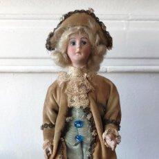 Muñecas Porcelana: MUÑECA ANTÍGUA DE BISCUIT SOBRE PEANA VESTIDA CON CASACA Y SOMBRERO.. Lote 148648102