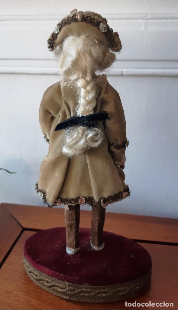 Muñecas Porcelana: Muñeca antígua de biscuit sobre peana vestida con casaca y sombrero. - Foto 2 - 148648102