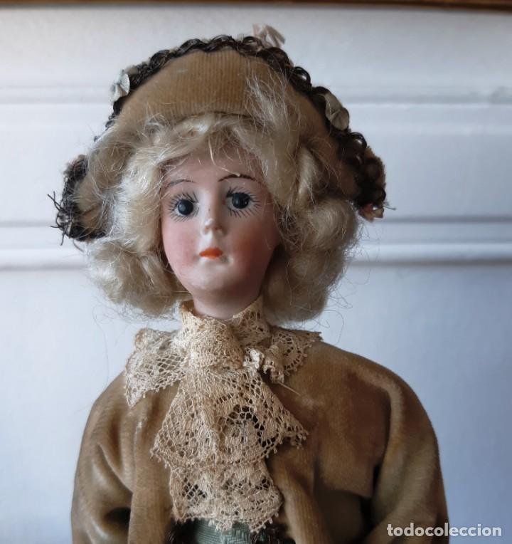 Muñecas Porcelana: Muñeca antígua de biscuit sobre peana vestida con casaca y sombrero. - Foto 3 - 148648102