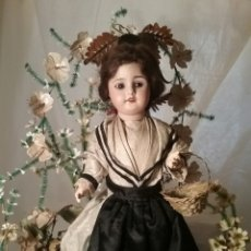 Poupées Porcelaine: ESPECTACULAR COMPOSICION DE MUÑECA DE PORCELANA FRANCESA Y URNA DE CRISTAL. Lote 168721453