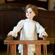 Muñecas Porcelana: BELLÍSIMA MUÑECA ARTICULADA EN PARQUE INFANTIL ORIGINAL. ENTRE EL XIX Y EL XX.. Lote 183466912