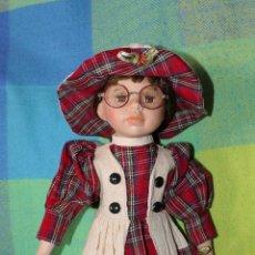 Muñecas Porcelana: MUÑECA DE PORCELANA CON VESTIDO ESTAMPADO COMO NUEVA, CON GAFAS. Lote 189689357