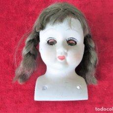 Muñecas Porcelana: CABEZA DE MUÑECA DE VESTIR EN PORCELANA BISCUIT CON PELO NATURAL Y OJOS BASCULANTES, CIRCA 1930. Lote 216486453