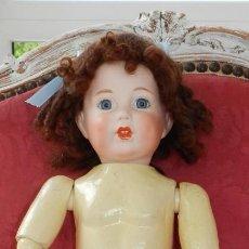 Bambole Porcellana: MUÑECA DE PORCELANA FRANCESA DE REPRODUCCION, OJOS DE CRISTAL, CABELLO DE MOHAIR, MARCAS EN LA NUCA. Lote 219748422