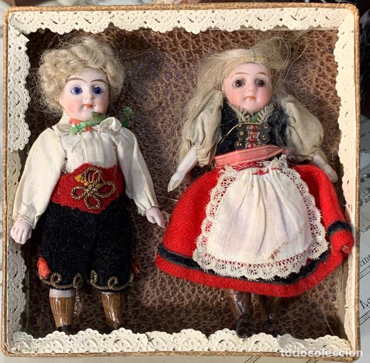 CAJA CON DOS MUÑECOS DE PORCELANA ANTIGUOS CON VESTIDOS ORIGINALES. (Juguetes - Muñeca Extranjera Antigua - Porcelana Francesa)