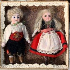 Muñecas Porcelana: CAJA CON DOS MUÑECOS DE PORCELANA ANTIGUOS CON VESTIDOS ORIGINALES.. Lote 220867746