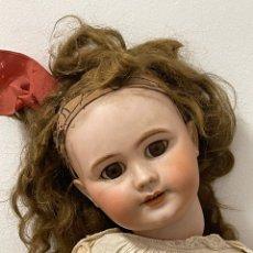 Bonecas Porcelana: ANTIGUA MUÑECA DE PORCELANA, CON CUERPO ARTICULADO DE MADERA. Lote 263184610