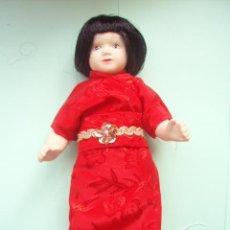 Muñecas Porcelana: MUÑECA DE PORCELANA CON EL TRAJE DE LA CHINA NUEVA. Lote 207569676