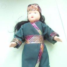 Muñecas Porcelana: MUÑECA DE PORCELANA CON EL TRAJE DE COREA NUEVA . Lote 24831006