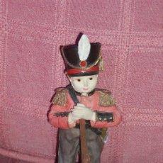 Muñecas Porcelana: MUÑECO DE LA GUARDIA INGLESA, CON MÚSICA. Lote 26673403