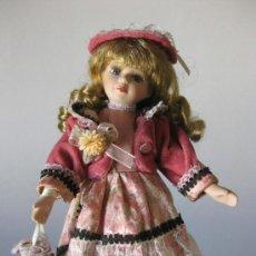 Muñecas Porcelana: MUÑECA PORCELANA CON PRECIOSO VESTIDO Y BOLSITO. Lote 276273628