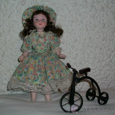 Muñecas Porcelana: MUÑECA DE PORCELANA CON TRICICLO. Lote 30650434
