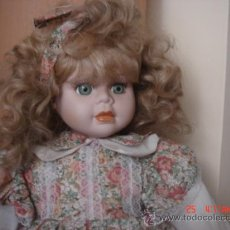 Muñecas Porcelana: MUÑECA DE PORCELANA DE LOS AÑOS 80, ES GRANDE, BIEN CONSERVADA, TIENE UNOS PRECIOSOS OJOS VERDES. Lote 31925046