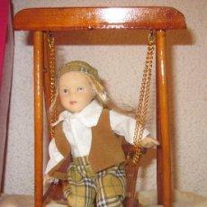 Muñecas Porcelana: MUÑECA DE PORCELANA CON COLUMPIO,RA,CAJA ORIGINAL,AÑOS 80. Lote 32925862