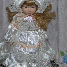 Muñecas Porcelana: PRECIOSA MUÑECA DE PORCELANA CON VESTIDO DE ÉPOCA, FINALES DE LOS 90.. Lote 34504462