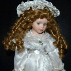 Muñecas Porcelana: PRECIOSA MUÑECA DE PORCELANA CON TRAJE DE ÉPOCA, FINALES DE LOS 90.. Lote 71451838