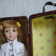 Muñecas Porcelana: PRECIOSA MUÑECA DE PORCELANA Y ARMARIO BAUL MALETIN DE MIMBRE CON CAJON. Lote 37533634