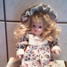 Muñecas Porcelana: PRECIOSA MUÑECA DE PORCELANA ,ARTICULADA TIENE LA ROPA Y LA CAJA ORIGINAL. Lote 39376845