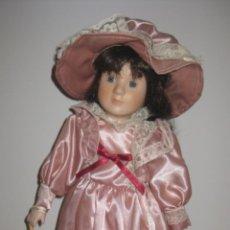 Muñecas Porcelana: MUÑECA DE PORCELANA DE LOS AÑOS 70 - CABEZA BRAZOS Y PIERNAS DE PORCELANA, EL CUERPO ES DE LIENZO R. Lote 41581132