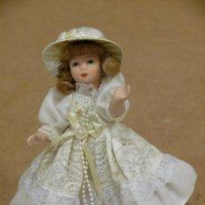 Muñecas Porcelana: MUÑECA DE PORCELANA ANTIGUA CON PEANA DE 15 CM. DE ALTURA.. Lote 42408341