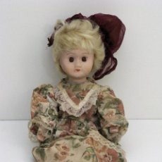 Muñecas Porcelana: ANTIGUA MUÑECA CON CABEZA, PIES Y MANOS DE PORCELANA. VESTIDO DE ÉPOCA.. Lote 42793261