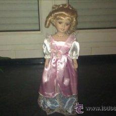 Muñecas Porcelana: PRECIOSA MUÑECA DE PORCELANA DE 42 CM. CON VESTIDO LARGO ROSA. Lote 43091961