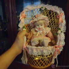 Muñecas Porcelana: MUÑECA PORCELANA CON SILLA DE MIMBRE ALTURA 28 CM . Lote 43774230