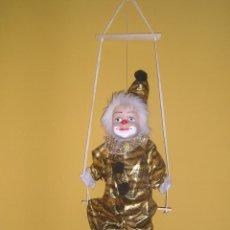 Muñecas Porcelana: PAYASO EN COLUMPIO FABRICADO EN PORCELANA Y TELA (APROX. 50 CM). Lote 44625928