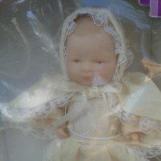 Muñecas Porcelana: MUÑECA BEBE DE PORCELANA CON TRAJE BAUTISMO ESTILO ANTIGUA. Lote 45147314