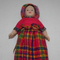 Muñecas Porcelana: PEQUEÑA MUÑECA DE CERAMICA ARTICULADA, BONITO TRAJE PUEDE QUE DE EUROPA DEL ESTE. Lote 45454187