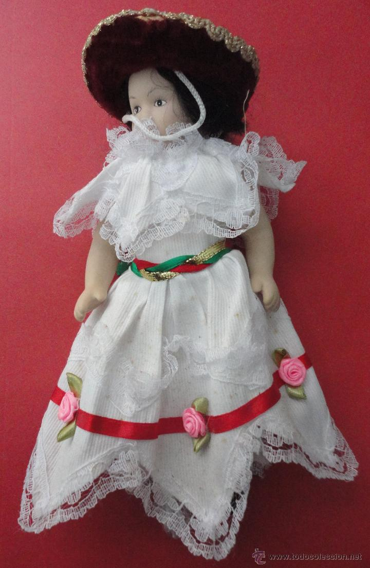 MUÑECA PORCELANA TRAJE TÍPICO (24 CM DE LARGO) (Juguetes - Muñeca Extranjera Moderna - Porcelana)
