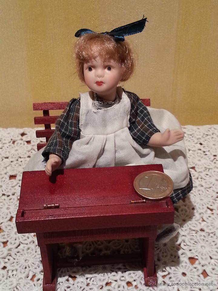 MINI MUÑECA NIÑA DE PORCELANA CON PUPITRE (Juguetes - Muñeca Extranjera Moderna - Porcelana)