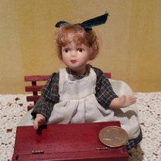 Muñecas Porcelana: MINI MUÑECA NIÑA DE PORCELANA CON PUPITRE. Lote 48333393