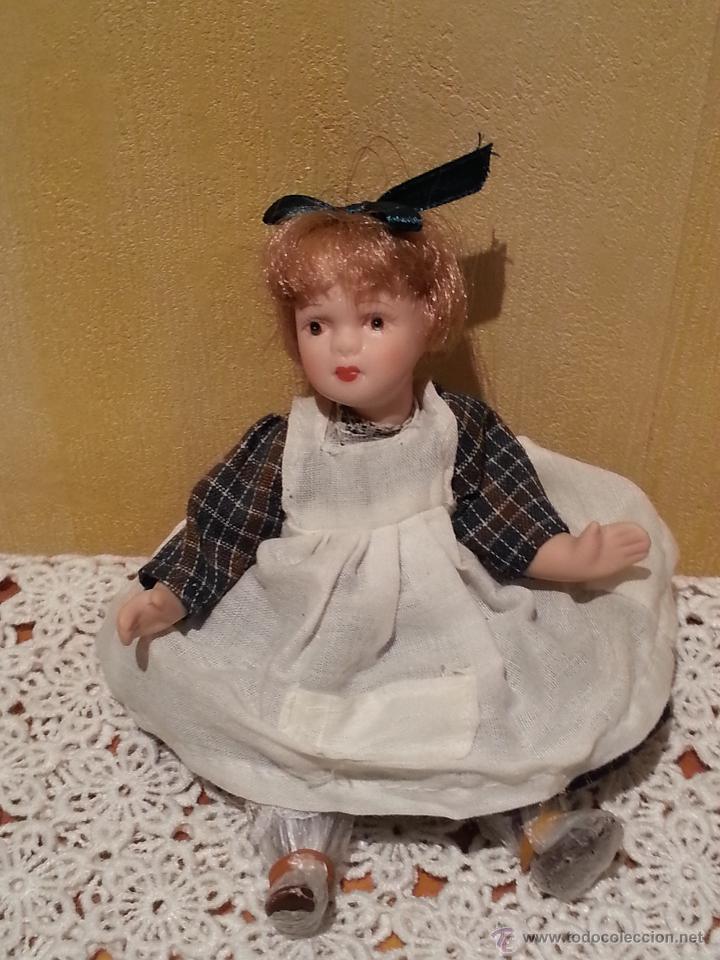 Muñecas Porcelana: Mini muñeca niña de porcelana con pupitre - Foto 3 - 48333393
