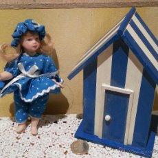Muñecas Porcelana: MINI MUÑECA DE PORCELANA CON CASETA DE PLAYA. Lote 48333832