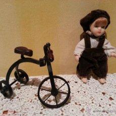 Muñecas Porcelana: MINI MUÑECO DE PORCELANA CON TRICICLO. Lote 48334125