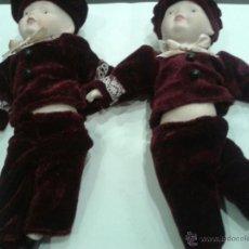 Muñecas Porcelana: PAREJA DE MUÑECOS DE PORCELANA CON TRAJE DE TECIOPELO . . Lote 48456446